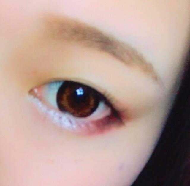 眉毛は並行太眉。 マスカラは1度塗りで重ねずにすることによって、自然に見えます。