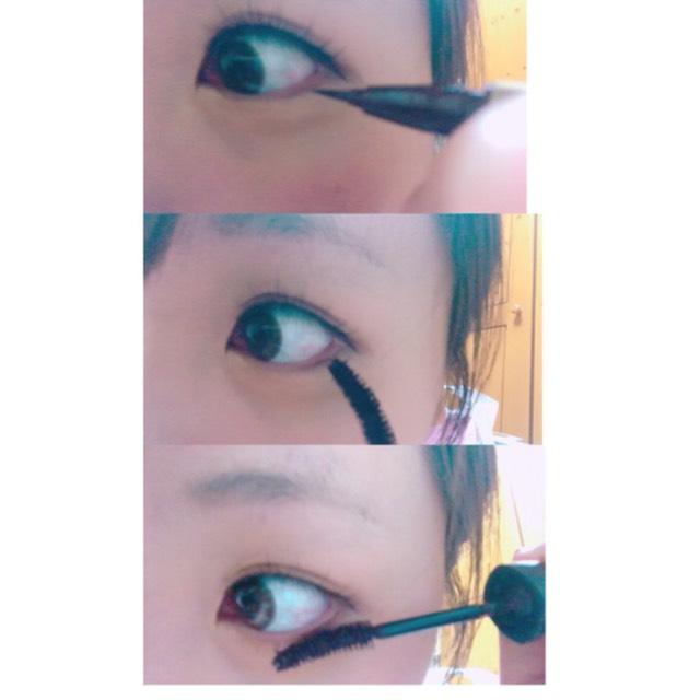目尻から黒目の部分にかけて茶色のアイライナーでまつ毛の間をうめていきます。 マスカラは最初は縦にして使い毛を立たせたら横にして塗ります。