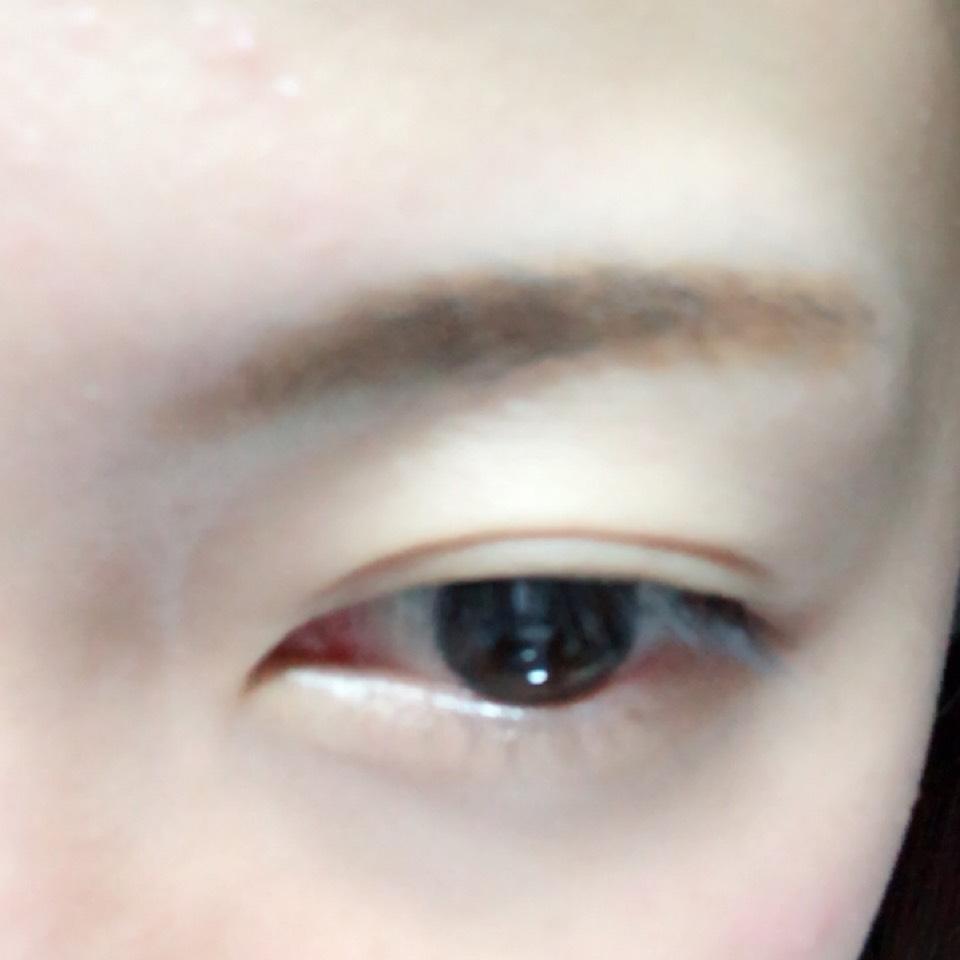 パウダーアイブロウで眉毛を書きます。