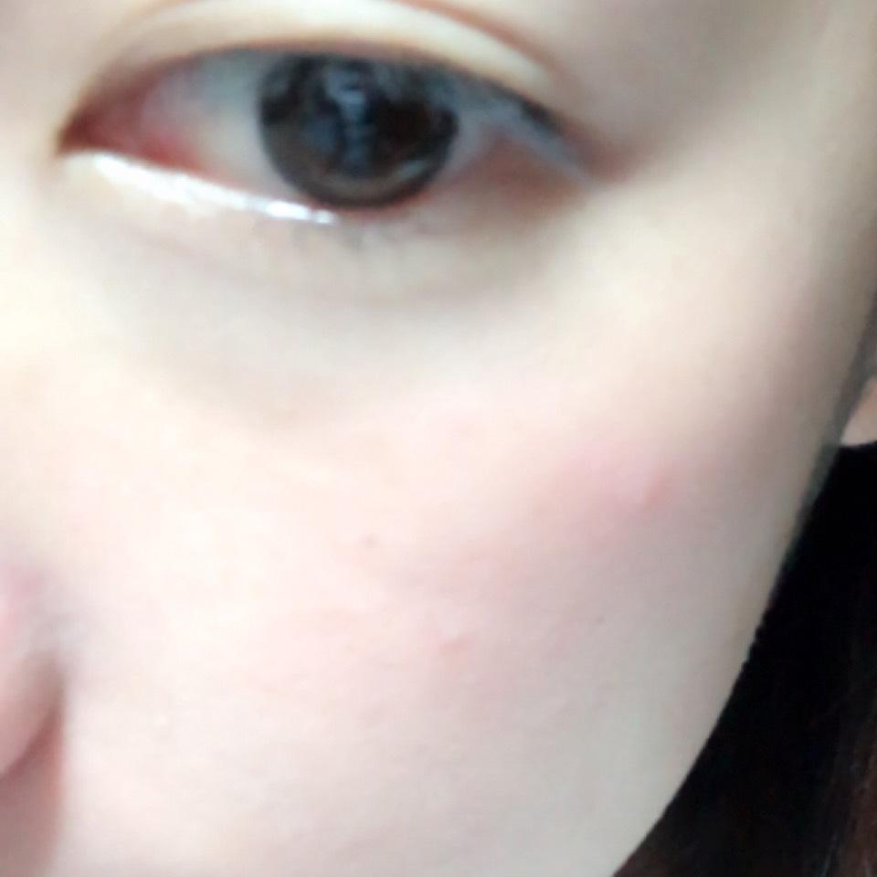 クリームチークを頬に塗ったあとハイライトカラーをのせます。
