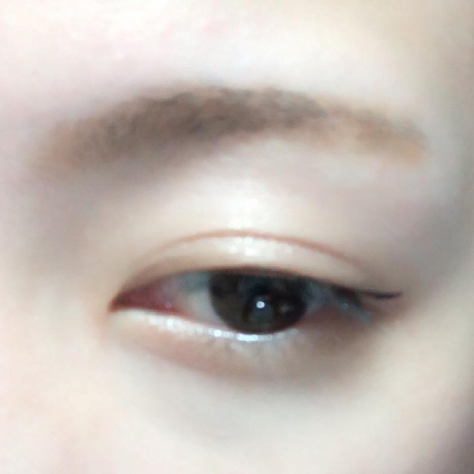 目尻側1/3に切れ長にラインを引きます。