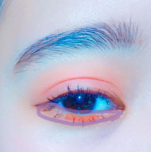 下まぶたにも涙袋にオレンジを濃くいれ、黒目の下に赤を塗ります