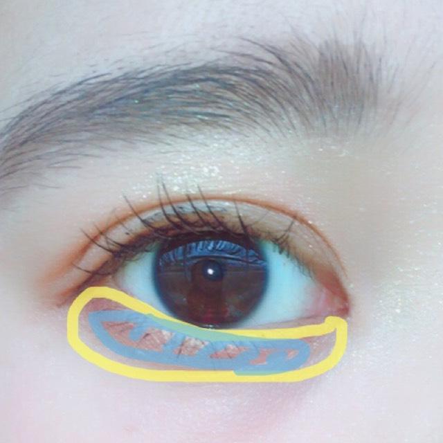 涙袋を作るように意識してクリーム色のアイシャドウをぬり黒目の下を意識して細く濃い色をのせます