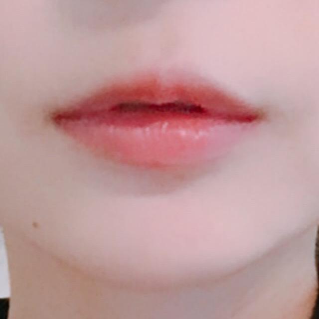 唇は... 全体にブルーグロスを塗った後、SHISEIDOのルージュルージュRD716を塗りました。