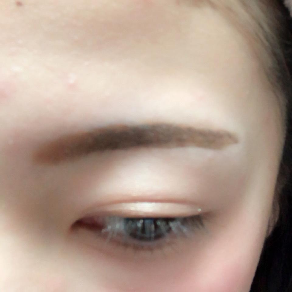 眉頭をパウダー、眉尻はリキッドで眉毛を書きます。