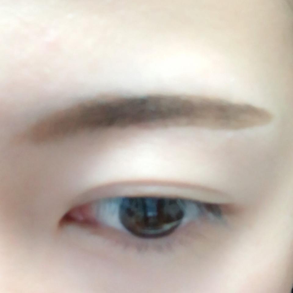 眉頭をパウダー、眉尻をリキッドで眉毛を書きます。 今回は太眉意識です。