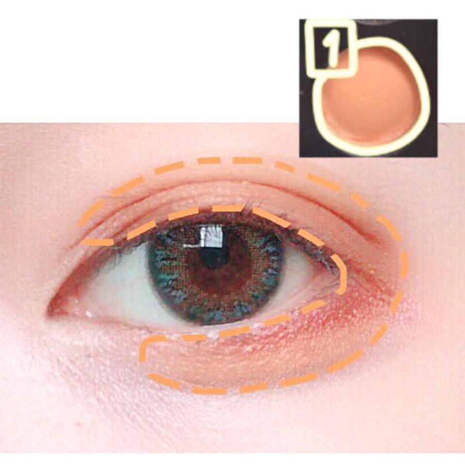 最初にCANMAKEアイシャドウベースPPを塗って、目頭以外の全体的に薄めオレンジを塗ります◎