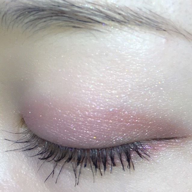 下まぶた目頭側に上の色、目尻側に下の色を