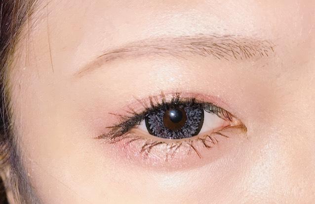 オレンジのアイシャドウでアイホールと目尻にぽんぽんとしていきます。 眉毛はおこのみで。