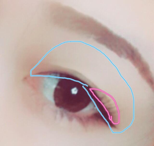 目の周りを明るく見せるため、アイホール全体にハイライトをのせます。 目尻にのみ濃い茶色のシャドウを薄く指でぼかしながらのせます。