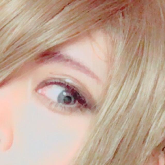 眉毛は眉頭を太めに、気持ち低めに位置を調整します。 眉山を作らないように細くしていき、並行眉をつくります