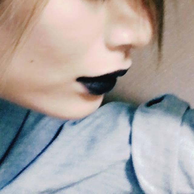 こちらも百均の黒リップです! 固めなので、手に保湿リップを塗った上に黒リップをのせて馴染ませてから筆で輪郭をとります。 唇内は横塗りにすると色がマダラになるのでポンポンのせます