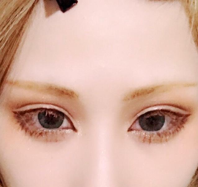 まつ毛はマスカラ下地を塗った後に濃いめのブラウンマスカラを塗り、その上から軽く白に近いベージュの眉マスカラをのせます。 下まつげは目頭から瞳の半分あたりでマスカラをします。