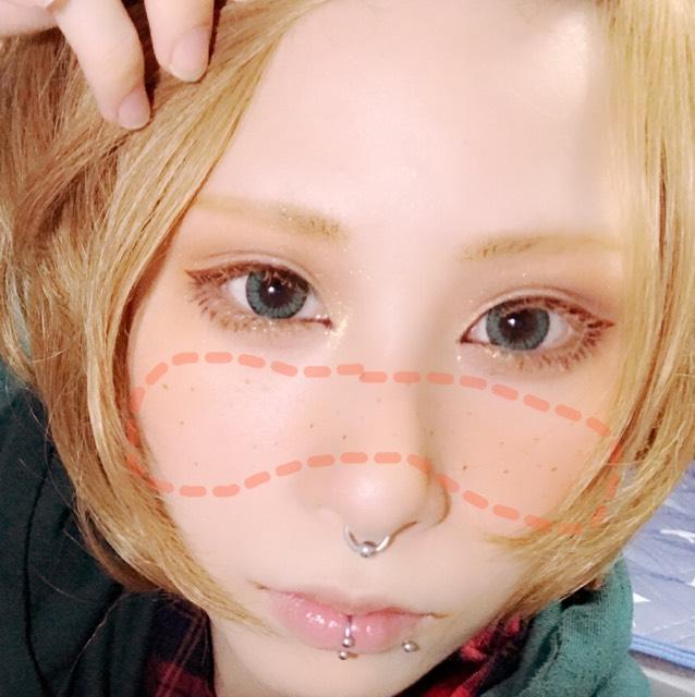 チークは薄いオレンジを使い写真のように鼻から頬にかけてのせます(塗りすぎ注意) 最後にブラウンアイライナーでチョンチョンとそばかすを描きます。