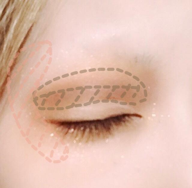 ダブルラインは薄めの茶色のシャドウで上にぼかすように入れ、目の際にベージュのシャドウを軽くのせます。