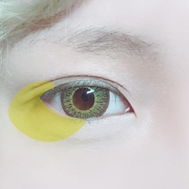 黄色を画像のように目尻側に広く乗せます。 涙袋の幅よりも広く。