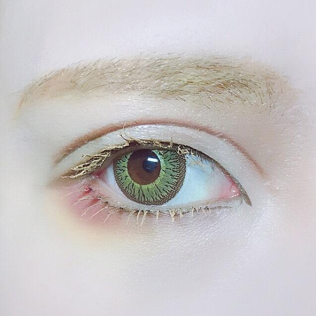 下睫毛を付けて上と同じように明るい色にします。コスメ一覧に載せたアイブロウペンシルで眉全体の形を描き、童話コスメの黄色を全体に重ねてワントーン明るくします。 眉尻の毛がまばらなのでリキッドで一本一本書き足します。