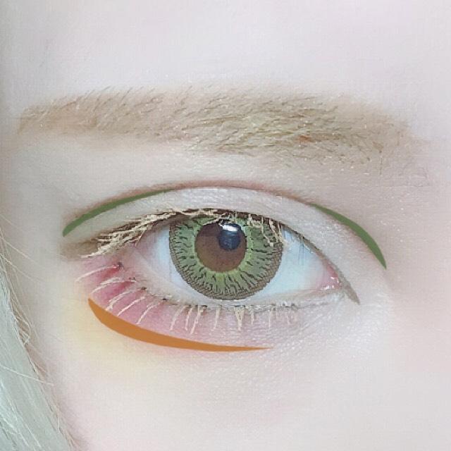 ダブルラインの両端にカーキカラーを乗せて陰影を付け、涙袋はオレンジカラーで影を付けます。 全体的に物足りない色を足しながら眉にもほんのりカーキカラーを重ねて全体の色味を合わせます。