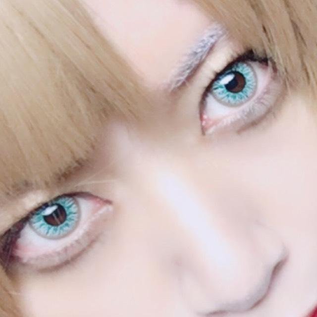 眉はキャンドゥで買ったホワイトマスカラで染めます。あらかじめコンシーラーと赤いリップで色を薄めてます。