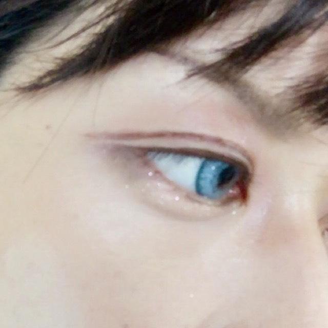 ⑤できた二重幅上にブラウンペンシルで二重ラインを描く。 (慣れてないからガタガタ)  ⑥涙袋にベージュシャドウ ⑦目尻に濃い目のシャドウ茶色とか黒系を入れる