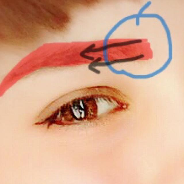 眉毛は濃いめのブラウン。眉頭の部分は矢印の向きに手で馴染ませる。