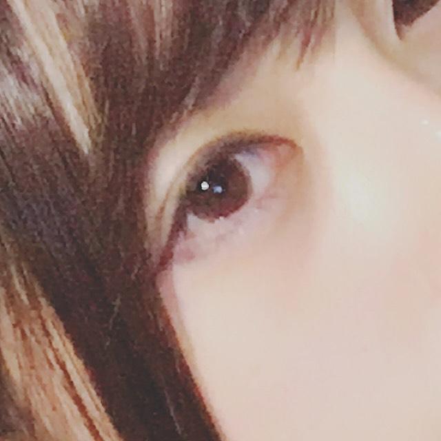 アイラインは 目に沿って細くタレ目にひきます。  アイラインから下の目尻の黒目に届かない辺りまで先ほどのアイシャドウ③を塗ります。  マスカラは、ビューラーで上まつげを上げた後、上まつげ全体と下まつ毛の黒目の下に塗ります。