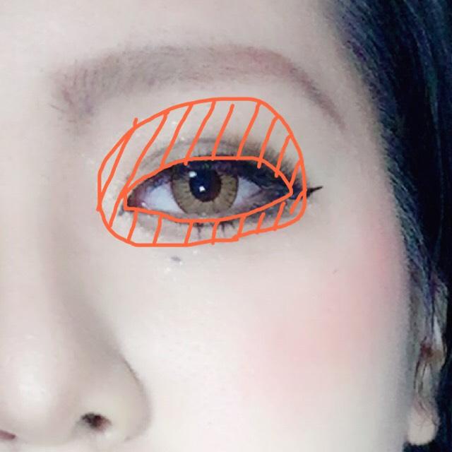 ゴールドやオレンジ系のカラーを目の周りに塗りました。 そして上下とも目尻は暗めの茶色や黒でグラデーションをいつもより濃く入れていきます。