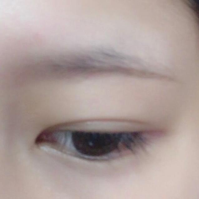 ① ペンシルアイブロウで眉の下のラインを平行に真っ直ぐに描く。