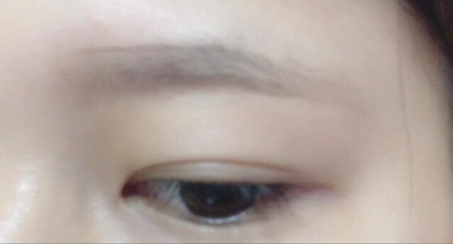 ② 上のラインは、眉山に高さを合わせて眉頭から平行にペンシルで線を引く