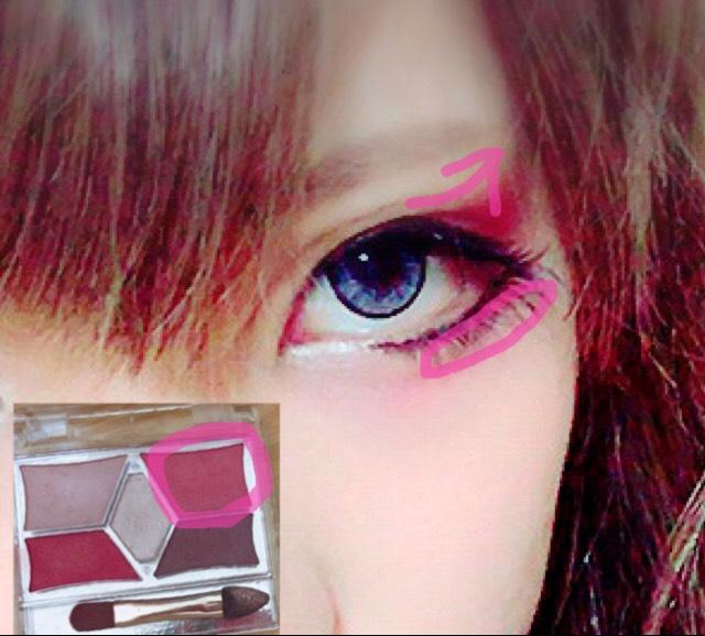 薄いピンクで少し跳ね上げて塗ります。 下にも少しなぞる感じにしました。 つけまつげは結構たれ目を目指しました。