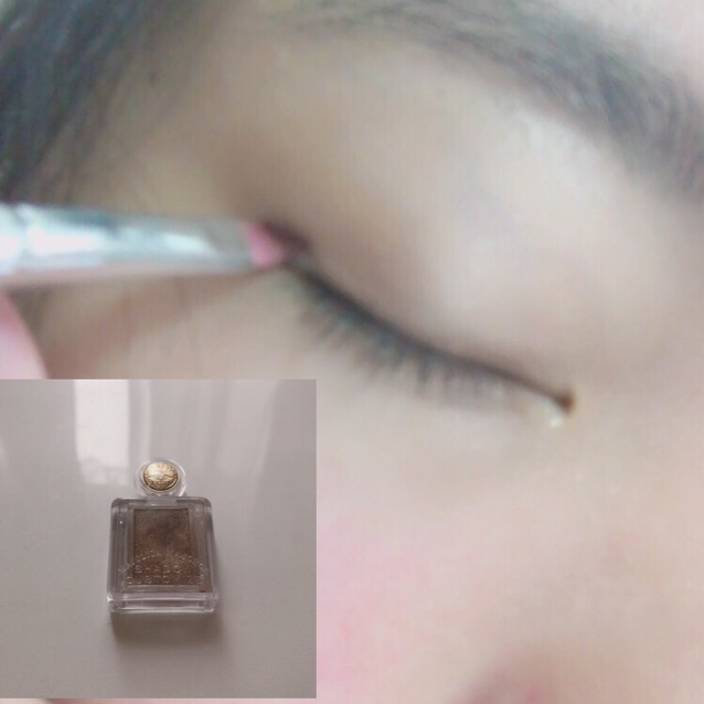 細い筆で、まつ毛の生えぎわの上にシャドーカスタマイズをのせます