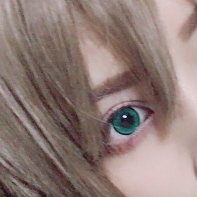 最近は太眉の方が外人ぽいかなと思って気持ち太めでまっすぐ眉にします
