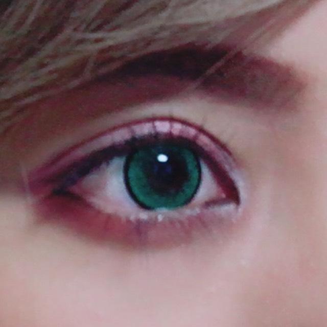 瞼全体にキャンメイクのシャドーのパレットの左上を塗ります 二重幅から下にピンク、目尻に紫の右下を塗り、ぼかします