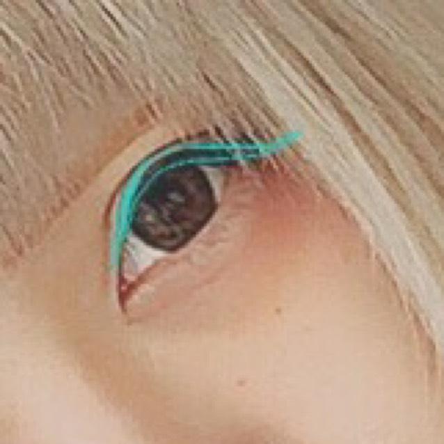 アイライン⇨黒目の上を太くし、丸目になるよう意識する。色はブラックを使用