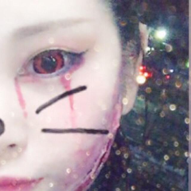 アイホール、下瞼に 赤シャドウを薄くぬる  黒のライナーで跳ね上げる 下目尻にも黒のアイライン  赤の口紅をリップライナーにとって 血の涙をイメージする感じで 先を細くしたり 途中をぼかしたりしながら描いていく