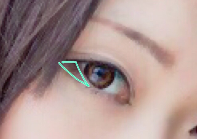 下まぶたの目尻側に三角を意識して、ブラウンのシャドウをのせます。