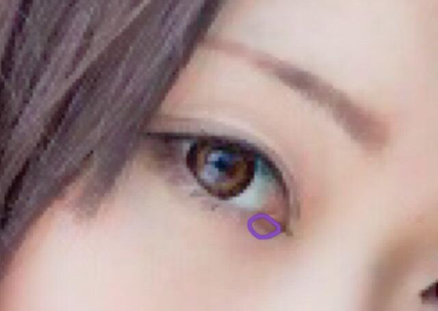 切開ラインを馴染ませるため、下まぶたの目頭にグレーのシャドウを薄くのせます。 指でぼかすと、ラインと馴染みます。