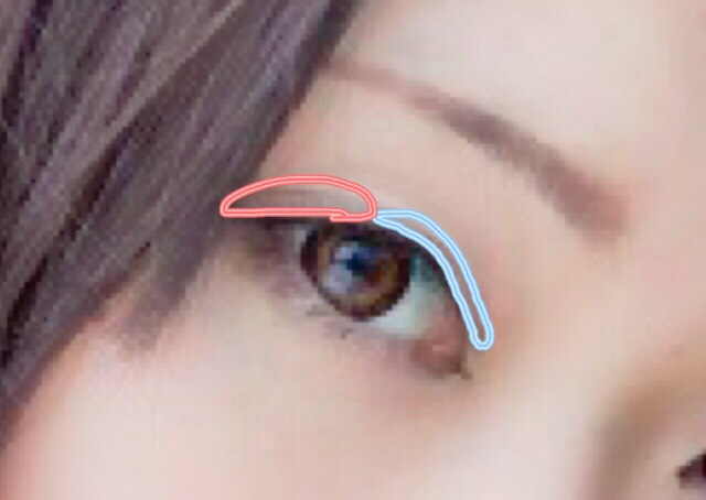 濃く見せないように、2重幅のみシャドウをのせます。 目頭側に薄いグレーを、目尻側に濃いブラウンをのせます。