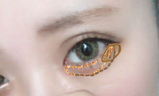 ゴールドのブラウンを下まぶた全体に塗り、目尻側には暗めのブラウンを塗る 涙袋と涙ボクロがほしいので描く