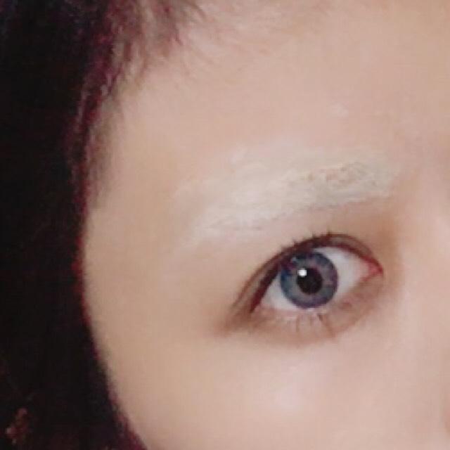 先ほどののり付けとコンシーラーカバーを2回くらいしたらこのようになります。 顔を整えたら眉を隠した部分だけ色浮きするのでピンクのシャドーを使って他の肌トーンと馴染ませます