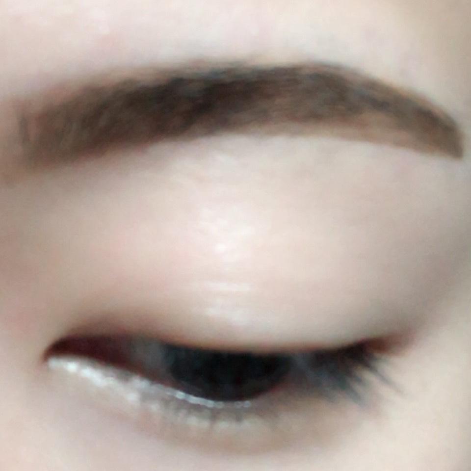 太眉気味に眉毛を書きます。