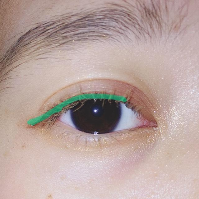 明るめのリキッドで黒目から目尻にかけて細く書きます