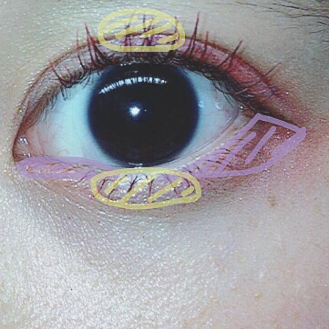 まず②を2色混ぜ目頭の内側に黒目まで薄く塗ります。 最後に手で涙袋とまぶたの中央にラメを塗ります