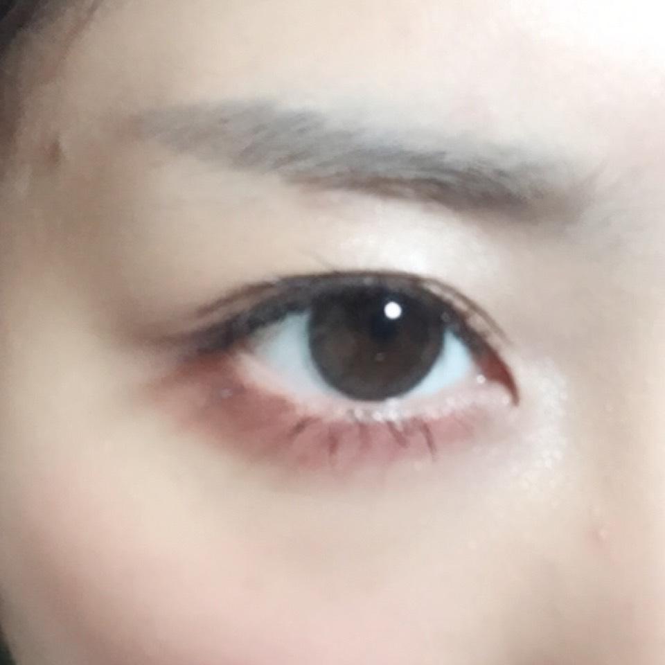筆ペンタイプの眉ティントで眉尻など足りない部分を書き足すとともに形を整えてからアッシュカラーの眉マスカラで仕上げます。