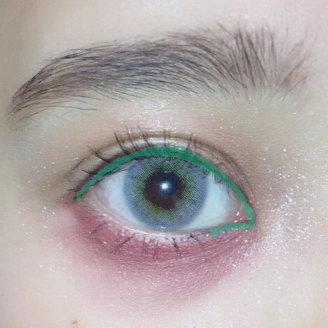 ペンシルアイライナーでまつげの間と粘膜を埋めます。 目頭の切開ラインと下下まぶたの目頭部分に細く目の形に沿って囲みライナーをします