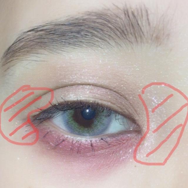 目頭と目尻をくの字に少し広めにラメを塗ります。顔全体に散らないように気おつけてください