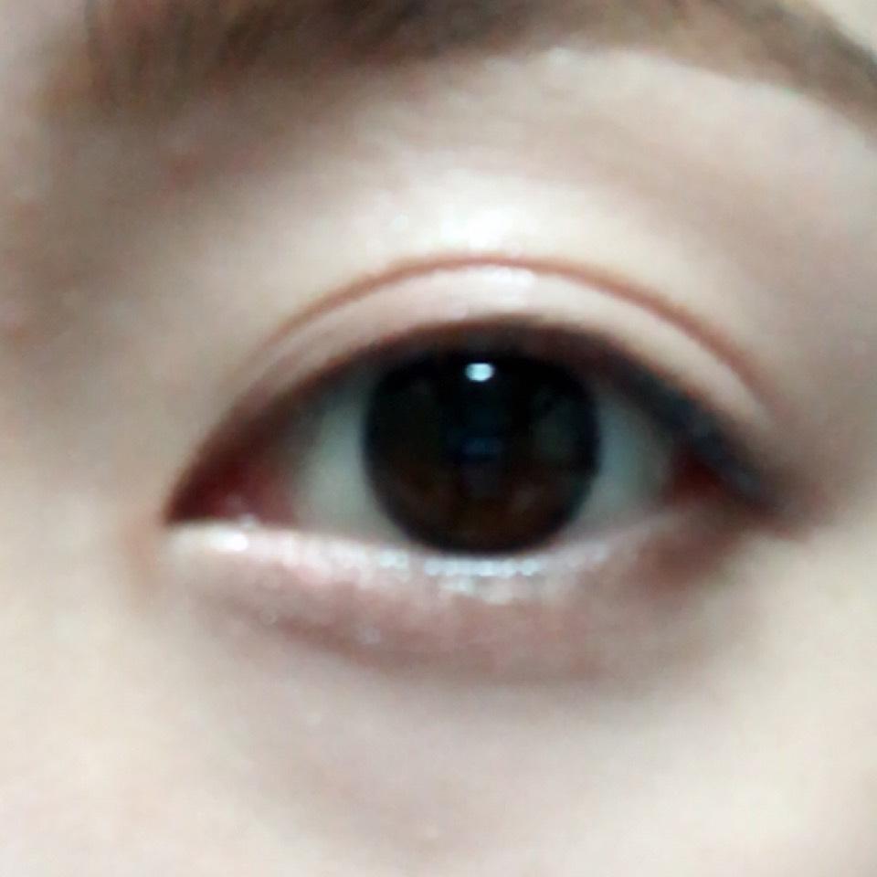 淡いピンクを二重幅と涙袋に塗り、目の下目尻側に濃いめブラウンをのせ、涙袋の影になる所に淡いブラウンを引きます。