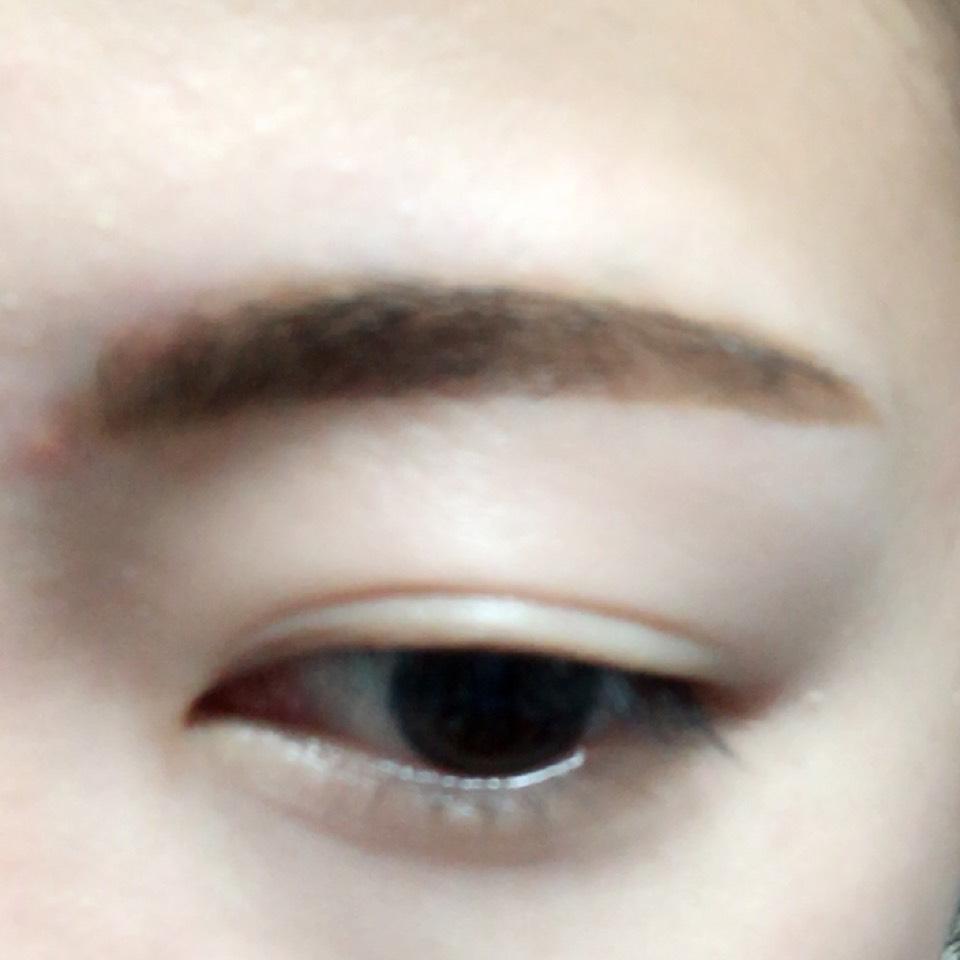 眉頭をパウダー、眉尻をリキッドで眉毛を書きます。