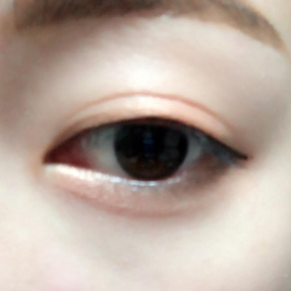 アイホール全体と涙袋にオレンジを指で塗り、上からハイライトカラーを乗せて馴染ませます。 目の下目尻側にブラウンを塗り、少しタレ目気味にします。
