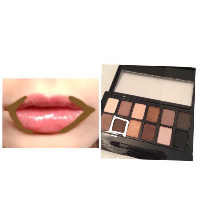【リップ】 ブラウンのアイシャドウを唇の際に塗ります  唇の中心は塗りません